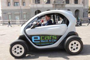 Carlos-Alonso-conduce-el-coche-eléctrico